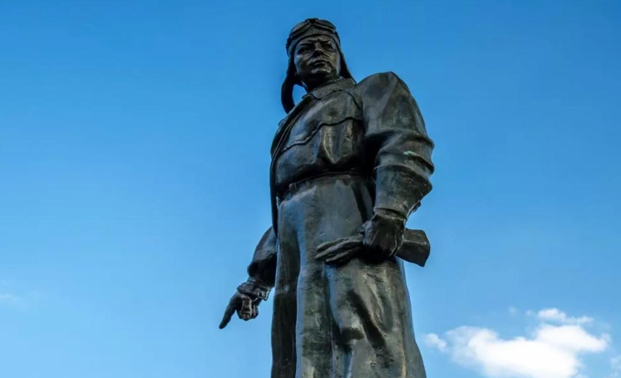 Непобедимый памятник Хользунову в Волгограде. Славный путь героя.