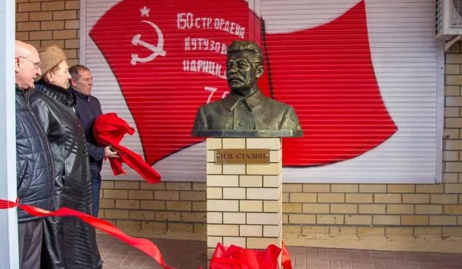 Памятник Сталину в Красноармейском районе города Волгограда изначально спорный экспонат