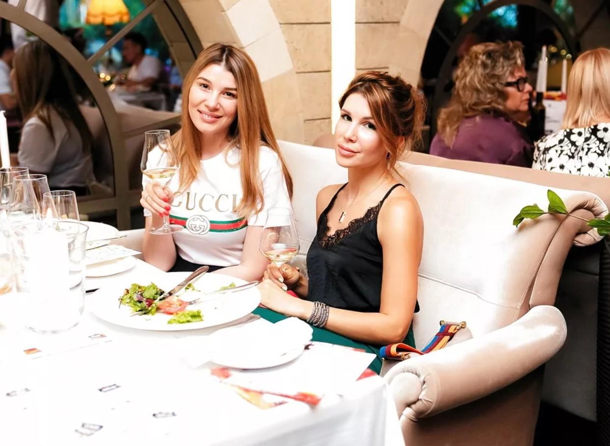 Ресторан Миля в Волгограде. Летняя веранда. Еда на вынос. Бар и караоке в Советском районе.